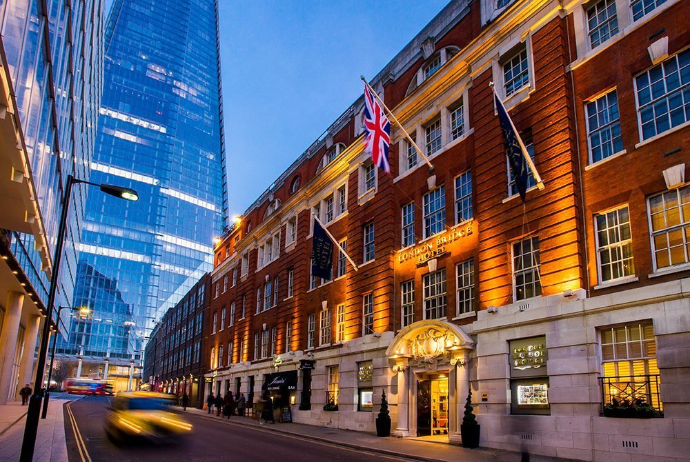 The outside of the London Bridge Hotel towards evening